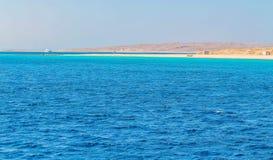Wit jacht op een zonnige dag op het rode die overzees door duidelijk blauw water wordt omringd royalty-vrije stock foto