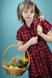 Wit jong geitje met speelgoed voor Pasen Stock Foto's
