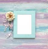 Wit kader op een houten achtergrond stock foto's