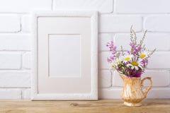 Wit kadermodel met kamille en purpere bloemen in gouden p Stock Afbeeldingen