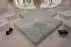 Wit katoen met blauw servet in de Keizer Zilveren Inzameling in Hofburg royalty-vrije stock foto