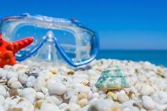 Wit kiezelstenen en het duiken masker royalty-vrije stock afbeeldingen