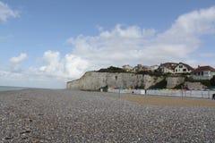 Wit klippenkust en kiezelsteenstrand in criel sur mer, Frankrijk stock foto