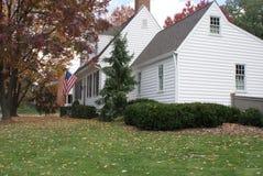 Wit koloniaal huis in de herfst Stock Afbeeldingen