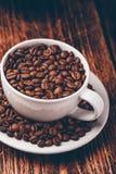 Wit kophoogtepunt van geroosterde koffiebonen stock afbeeldingen