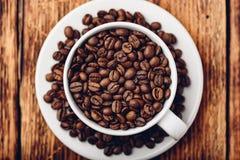 Wit kophoogtepunt van geroosterde koffiebonen royalty-vrije stock fotografie