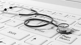 Wit laptops toetsenbord met een stethoscoop Stock Foto
