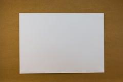 Wit leeg document op houten document achtergrondtextuur uitstekende stijl Stock Afbeelding