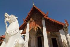 Wit leeuwenstandbeeld in Wat Hua Kuang Stock Afbeelding