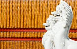 Wit leeuwstandbeeld, de tempeldecoratie van Boedha royalty-vrije stock fotografie