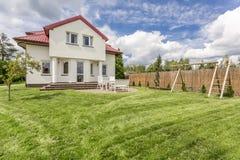 Wit losgemaakt huis stock foto