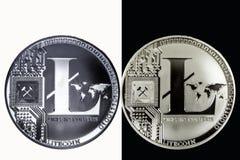 Wit LTC-muntstuk op een zwarte achtergrond en een zwart muntstuk op een witte achtergrond Stock Foto