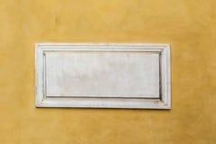 Wit marmeren klassiek leeg naambord met lege ruimte voor tekst stock foto's
