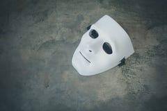 Wit masker op donkere grungetextuur Royalty-vrije Stock Fotografie