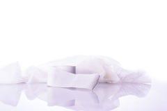 Wit medisch katoenen gaasverband op wit stock foto