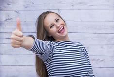 1 wit meisje in het vest met een gelukkig gezicht, de meisjesglimlachen en stock foto's