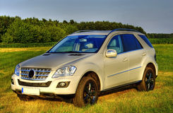 Wit Mercedes ml, nieuwe SUV, sideview Stock Foto