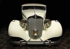 Wit Mercedes op zwarte achtergrond Stock Foto's