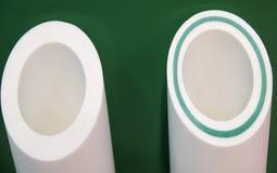 Wit met buizen die van de glasvezel de plastic pijpleiding wordt bewapend Stock Foto