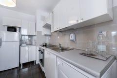 Wit, modern binnenlands ontwerp: kleine keuken Royalty-vrije Stock Afbeelding