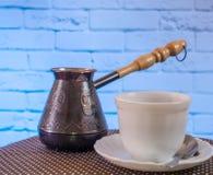 Wit mok en koffiezetapparaat op de lijst Stock Afbeeldingen