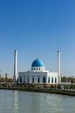 Wit moskeeminderjarige en kanaal in Tashkent, Oezbekistan Stock Foto's