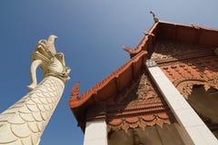 Wit Naga-standbeeld in Wat Hua Kuang Stock Afbeeldingen