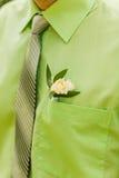 Wit nam boutonniere op groen kostuum van de bruidegom toe Royalty-vrije Stock Afbeelding