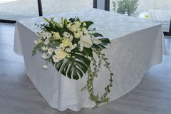 Wit nam het dichte omhooggaande detail van het bruidboeket op huwelijkslijst toe royalty-vrije stock foto
