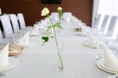 Wit nam in vaas met water op verfraaide lijst met binnen bestek toe royalty-vrije stock afbeelding