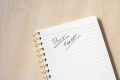 wit notitieboekje met nota's en houten bureau stock afbeeldingen