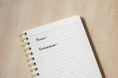 wit notitieboekje met nota's en houten bureau royalty-vrije stock fotografie