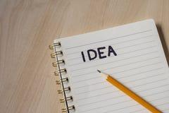 wit notitieboekje met nota's en houten bureau stock afbeelding