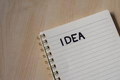 wit notitieboekje met nota's en houten bureau stock foto's