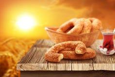 Wit ongezuurd broodje, Turkse thee met natuurlijke achtergrond Royalty-vrije Stock Fotografie