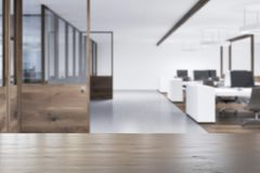 Wit open plekbureau, houten deurenonduidelijk beeld Stock Fotografie