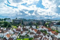 Wit oud dorp voor moderne gebouwen royalty-vrije stock afbeeldingen