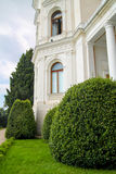 Wit oud kasteel in mooie tuin Stock Foto's