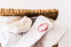 Wit overhemd met lippenstiftvlek Stock Foto