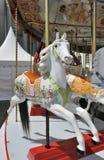 Wit paard op oude kermisterreincarrousel royalty-vrije stock foto's