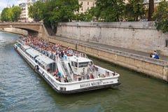 Wit passagiers toeristisch die schip door Bateaux-Mouches in werking wordt gesteld Stock Fotografie