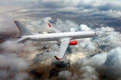 Wit passagiersvliegtuig tijdens de vlucht Stock Afbeeldingen