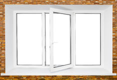 Wit plastic drievoudig deurvenster op bakstenen muur Royalty-vrije Stock Fotografie