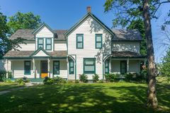 Wit plattelandshuisjebuitenhuis die St Catharines Ontario Canad bouwen Stock Fotografie