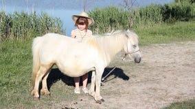 Wit poney en meisje stock video