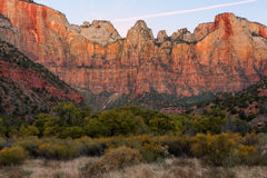 Świt przy Góruje dziewica, Zion park narodowy, Utah Zdjęcia Royalty Free