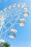 Wit Reuzenrad tegen duidelijke blauwe hemel Mening van de bodem stock afbeeldingen