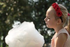 Wit-Rusland, Gomel, op 10 Maart, 2018 De vakantie van kinderen bij het openen van de opslagcaravan Het meisje eet zoet luchtig ka royalty-vrije stock foto's