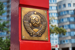 wit-rusland Het wapenschild van de USSR in Minsk De arbeiders van alle landen verenigen zich 21 mei, 2017 stock foto