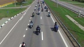 WIT-RUSLAND, MINSK - April 23, 2016: Motorfietsseizoen het openen parade met duizenden fietsers op de weg stock videobeelden